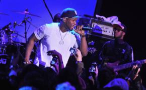 Puxado do palco por fã, 50 Cent reage com soco