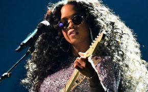 "H.E.R performa ""Hard Place"" no Grammy Awards de 2019"