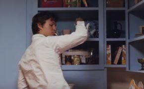 """JID divulga o clipe da faixa """"Off Da Zoinkys"""" inspirado em cena do filme """"O Perigoso Adeus"""""""