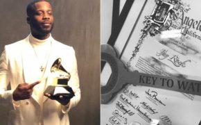 Jay Rock recebe a chave de Watts
