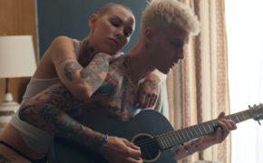 "Machine Gun Kelly divulga o videoclipe de ""I Think I'm OKAY"" com YUNGBLUD e Travis Barker"