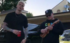 "Machine Gun Kelly faz pequena performance acústica de ""El Diablo"" com Einer Bankz no ukulele"