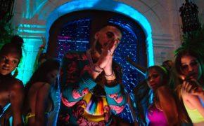 """French Montana divulga o videoclipe da música """"Wiggle It"""" com o duo City Girls"""