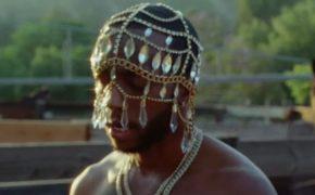 """6LACK divulga o videoclipe da faixa """"Seasons"""" com Khalid"""