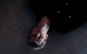 """Machine Gun Kelly divulga o videoclipe da música """"5:3666"""" Phem; confira"""