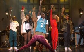 "Introduzido por Jennifer Lopez, DaBaby realiza performance do hit ""BOP"" no SNL"